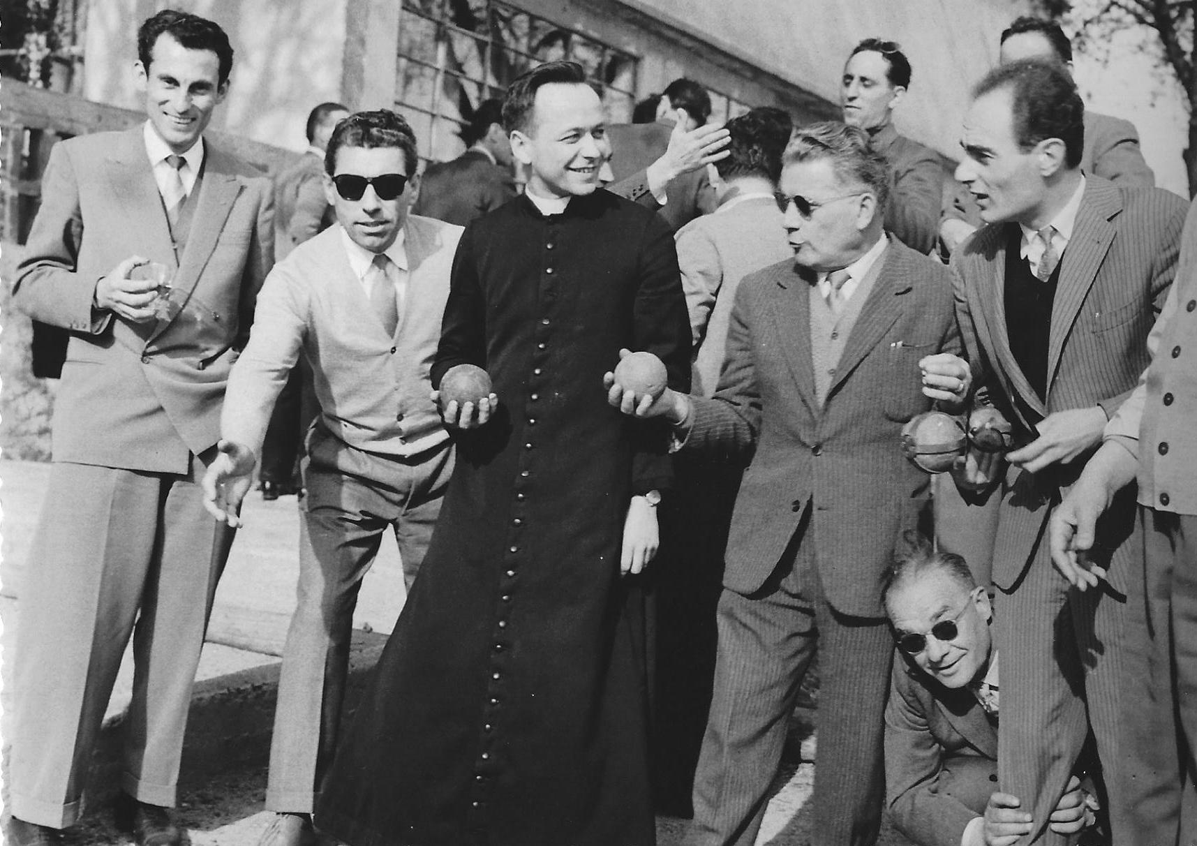 1956. A Caluso (Torino), cappellano del lavoro con gli operai